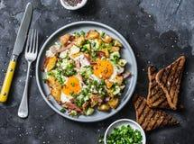 Aardappels, ham, de knoeiboel van het eierenontbijt op een donkere achtergrond, hoogste mening Heerlijk, voedzaam ontbijt, snack stock foto