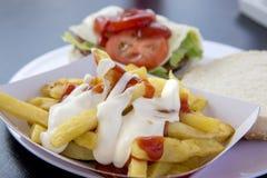 Aardappels met aioli en ketchup Stock Fotografie