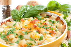 Aardappels met kaas die in de oven wordt gebakken Stock Afbeelding