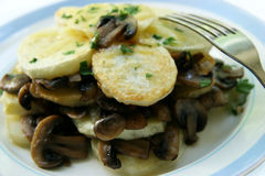 Aardappels met paddestoelen. stock foto's