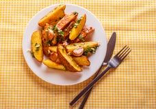 Aardappels met peterselie en knoflook worden gediend dat Royalty-vrije Stock Fotografie