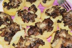 Aardappels met porcinipaddestoelen die worden gekruid Royalty-vrije Stock Foto's