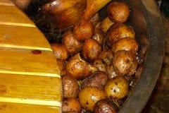 Aardappels met schil in pan in openlucht stock afbeelding