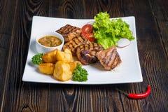 aardappels met vlees en groenten stock foto's