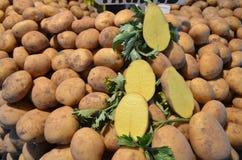 Aardappels op de boxbazaar Turkije stock afbeelding
