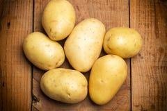 Aardappels op een houten lijst Royalty-vrije Stock Foto's
