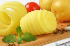 Aardappels op scherpe raad royalty-vrije stock afbeeldingen