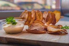 Aardappels in plakken, op een stok worden gesneden die stock afbeeldingen