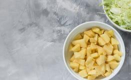 Aardappels in verschillende stukken met een scherpe knoop worden gesneden die royalty-vrije stock fotografie