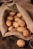 Aardappels in zak Royalty-vrije Stock Fotografie