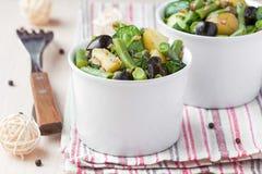 Aardappelsalade met slabonen, olijven, kappertjes, heerlijke uien, royalty-vrije stock fotografie