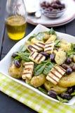 Aardappelsalade met spinazie, olijven en geroosterde halloumi Stock Foto's