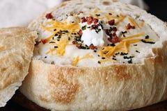 Aardappelsoep in een Kom van het Zuurdesembrood Royalty-vrije Stock Afbeeldingen