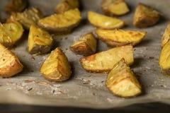 Aardappelspleten in de oven royalty-vrije stock afbeeldingen