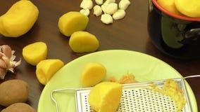 Aardappelvoedsel Het concept gepelde aardappels in een kom op de rustieke achtergrond stock footage
