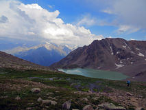 Aardbeeld met de bergen, het meer en de wolken van de Kaukasus Stock Fotografie