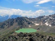 Aardbeeld met de bergen, het meer en de wolken van de Kaukasus Royalty-vrije Stock Fotografie