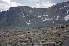 Aardbeeld met de bergen van de Kaukasus en een meer Stock Foto's