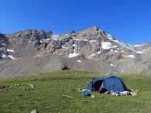 Aardbeeld met de bergen van de Kaukasus en een tent Stock Afbeeldingen