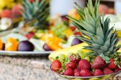 Aardbei, ananas, druiven Royalty-vrije Stock Afbeeldingen