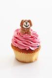 Aardbei buttercream cupcake met hond Stock Fotografie