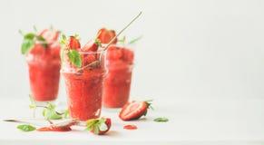 Aardbei, champaigne de zomergranita in glazen, brede samenstelling stock foto