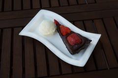 Aardbei-chocolade cake met roomijs Stock Afbeelding