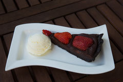 Aardbei-chocolade cake met vanilleroomijs Stock Fotografie