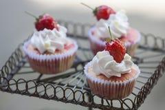 Aardbei cupcake op vertoning Royalty-vrije Stock Fotografie