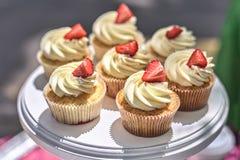 Aardbei Cupcakes op een witte lijst De zomer heerlijke kleurrijke desserts Royalty-vrije Stock Afbeeldingen