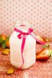 Aardbei en amandelmelkdrank stock afbeeldingen