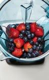 Aardbei en bosbessen in mixer met ingridients voor smoot royalty-vrije stock afbeeldingen
