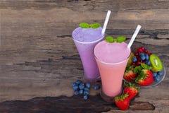 Aardbei en bosbessen smoothies drinkt het kleurrijke vruchtensap, gezonde drank de smaak yummy in glas voedsel voor ontbijt en sn stock fotografie