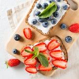 Aardbei en bosbessentoost op ontbijt Gezond voedsel Stock Afbeeldingen