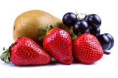 Aardbei en druiven op een witte achtergrond stock foto's