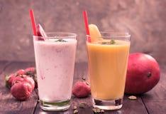 Aardbei en mangolassi Stock Afbeeldingen