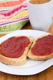 Aardbei en rabarberjam op toostontbijt Royalty-vrije Stock Afbeelding