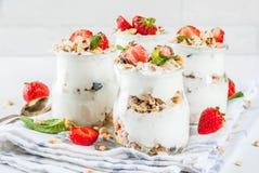 Aardbei gelaagd dessert royalty-vrije stock foto