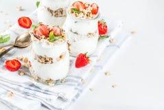 Aardbei gelaagd dessert stock fotografie