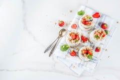 Aardbei gelaagd dessert royalty-vrije stock afbeeldingen