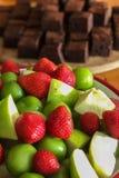 Aardbei groene pruim en delicous brownie stock foto