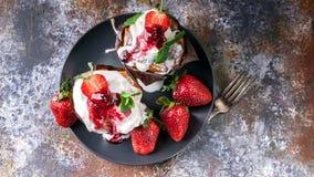 Aardbei heerlijk dessert Vers sappig aardbeien en roomijs Close-up Hoogste mening stock foto's