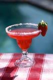 Aardbei Margarita bij de Pool Stock Foto's