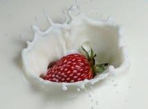 Aardbei in melk Stock Afbeelding