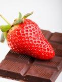 Aardbei op een donkere chocolade Stock Fotografie
