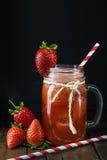 Aardbei smoothie in een glaskruik Stock Foto's