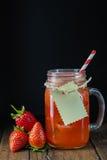 Aardbei smoothie in een glaskruik Royalty-vrije Stock Fotografie