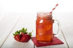 Aardbei smoothie in een glaskruik Royalty-vrije Stock Afbeeldingen