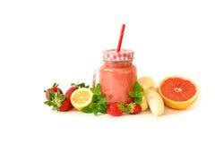 Aardbei smoothie met banaan, grapefruit, citroen en muntbladeren Stock Foto