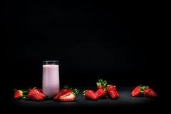 Aardbei smoothie op zwarte Stock Afbeelding
